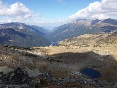 2. אל מול הנוף הזה עשינו עצירה של שעה וחצי - אחרי שראינו שליד האגם הרחוק עם הסכר - יש בקתה שחשבנו שהיא Granchar