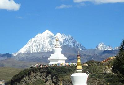 סטופות בטאגונג עם הר יאלה ברקע (צילום: טליה נודל)