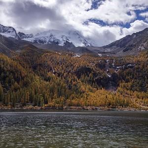 האגם הקדוש עם המורדות המזרחיים של ההר