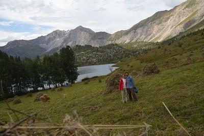 רואים את הפס שחצינו מאחורינו בהרים