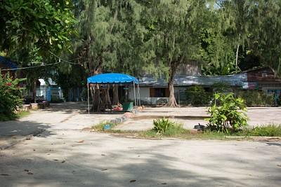 הבי״ס - מכאן לוקחים מוניות לשאר חלקי האי לאחר הירידה מה-speed boat