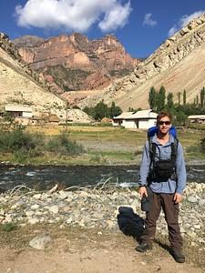 בכפר קוג'ו-קלן, מאחורה ההר האדום שלצידו הערוץ שמטפס לפס סארי-בל