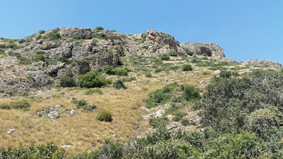 מערת שמשון והצוקים במבט מלמטה