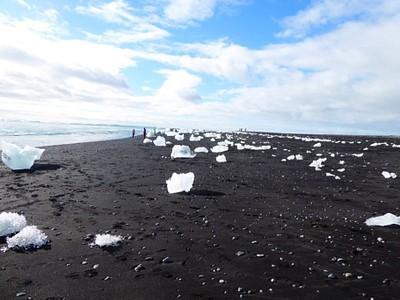 קרחונים בחוף ליד הלגונה הקרחונית