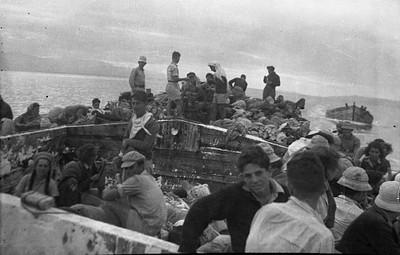 נוסעים על סירת אשלג (מעונה) בים המלח (1944) צילום: עזריה אלון, באדיבות משפחת אלון, בית השיטה