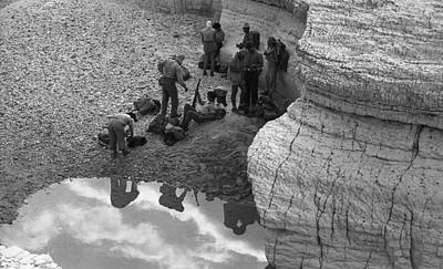 מטיילים ליד גב מים בנחל צין (שנות ה-50) צילום: עזריה אלון, באדיבות משפחת אלון, בית השיטה