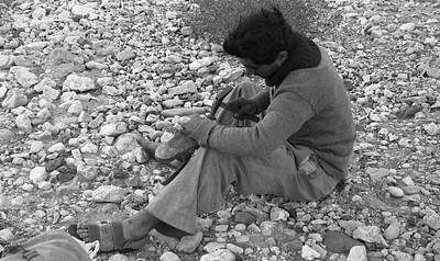 תיקון נעליים במסע, שנות ה-50. צילום: עזריה אלון, באדיבות משפחת אלון, בית השיטה.
