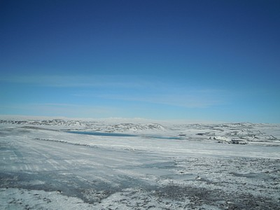 אגם כחול והרבה שלג