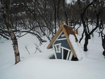 בית בובות קטן ליד הבקתה