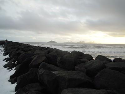 החוף שממנו ניתן לראות את איי Vestmannaeyjar