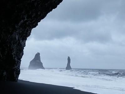 המראה מהמערה בחוף Reynisfjara