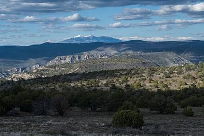 מבט על הפסגה Humphreys peak המושלגת שנמצאת במרחק של כ-60 ק״מ