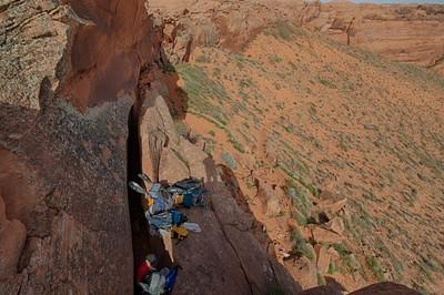 Crack in the hole - חובה חבל כדי למשוך את התיקים מעלה אחרי שעוברים דרך החריץ.