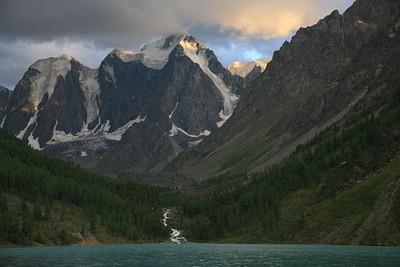רכס האלטאי מעל אגם שבלה
