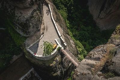 מבט מאחד המנזרים אל עבר הגשר שמוביל לכניסה