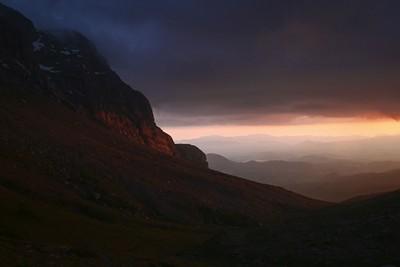 שקיעה עוצרת נשימה בהר אסטרקה, שנצבע באור אדום בוהק