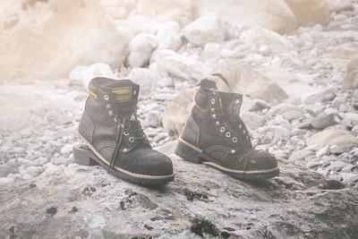 מישהו שלא הביא נעליים אטומות למים שיושבות צמוד צמוד, אי שם בתחתית קניון ויקוס
