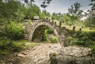 אחד הגשרים באזור