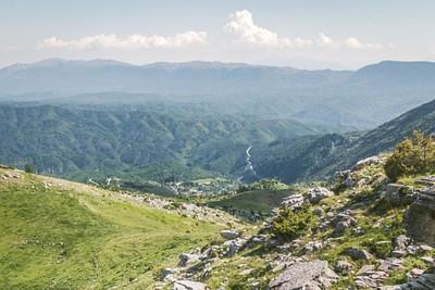מעבר ההרים לצפולובו, הגגות האדומים מציצים מהעמק