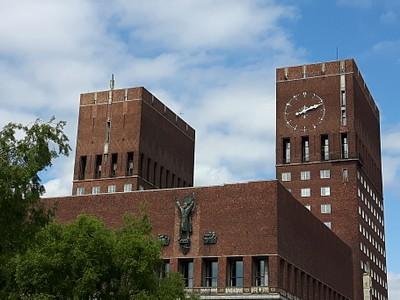 בנין עיריית אוסלו מצולם מכיוון הפיורד