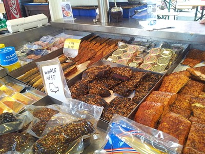 שוק הדגים ובשר הלויתנים (הבשר השחור באמצע התמונה)