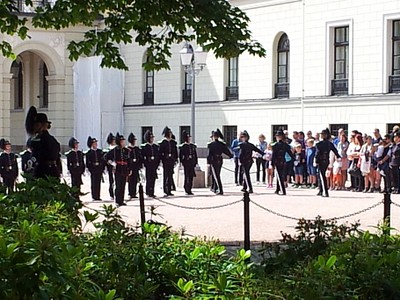 חילופי משמרות ליד הארמון באוסלו