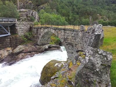 גשר האבן מ1863 שווה לעצור בצד וללכת עליו