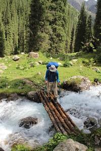 גשר עץ לחציה בעמק קרקול