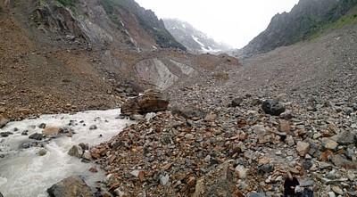 קרחון צ'לאדי. מה שבאמצע זה קרח מכוסה בשכבה דקה של אדמה ואבנים.