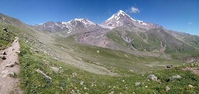 ההר מתגלה מחדש כשעוברים את האוכף. מכאן השיפוע קצת מתמתן.