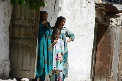 נשים באחד הכפרים בדרך צילום של מוקי גילת