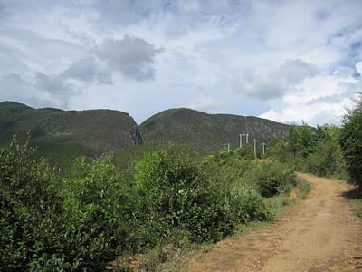הדרך היורדת מהרכס (הבריכות נמצאות מאחורי הערוץ העמוק הנראה בתמונה)