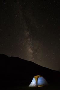 למרות הקרבה היחסית לעמק מנאלי המיושב השמיים עדיין יפים ומומלץ לצאת בלילה להסתכל.