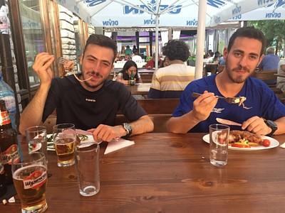 נהנים מהאוכל בבנסקו.