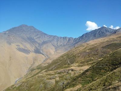 """המשך מסלול על הרכס, סמ""""ש אדום. באופק - Atsunta pass - למרגלותיו אסיים ביום זה."""