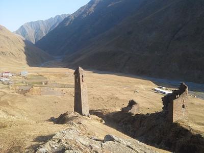 החורבות של Girevi. בתי הכפר שנראים ברקע בנויים ברובם על מבנים עתיקים. ליד הנחל, תחנת המעבר של החיילים.