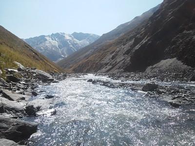 לאורך הירידה מהפאס נתקלים ביותר ויותר פלגי מים ההופכים לנחל Khvakhidistsali.