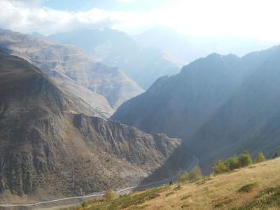 מבט למטה אל העמק מהשביל העולה אל Nakaicho pass.