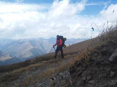 ב -Nakaicho pass הרוחות היו כה עזות ששמתי פליז, כובע פליז, אטמי אוזניים שהכובע סגר עליהם מלמעלה, וחם צוואר שגם סגר על האטמים מלמטה. ככל שהתקדמתי על הרכס, כך נהיה יותר נעים וחמים.
