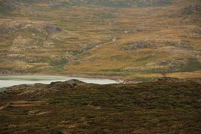 נוף מהבקתה - באופק הבקתה התחתונה, זו שלצד הפיורד