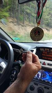 רייקו נהג המונית הפתיע אותנו עם כנפי צניחה במונית שלו.