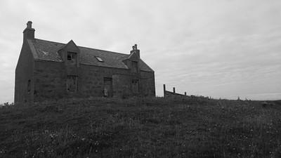בתים ישנים ונטושים לצד ההליכה