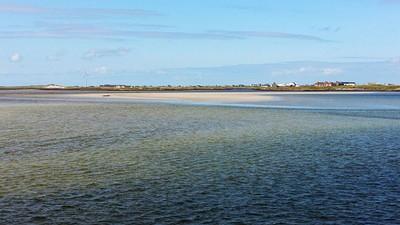 הכפר Liniclate ברקע לרגלי האוקיינוס
