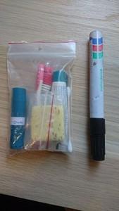 כלי רחצה (הטוש לקנה מידה)  דאודורנט (שעבר שינוי לתוך שפתון) סבון קטן משחת שיניים מברשת שיניים פצירה קסמי אוניים