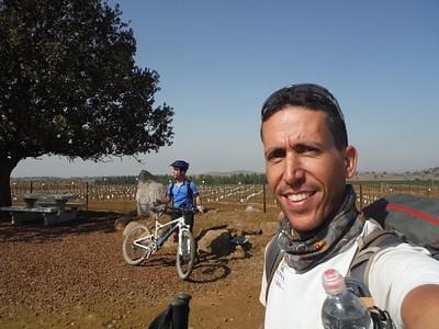 אנדרטת יוסי שריג וחבורת רוכבי אופניים שבאו לארח לחברה