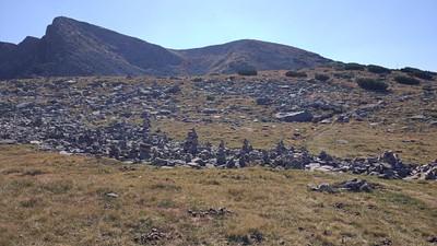 מחזה נחמד- כל מטייל שעובר מכין מערום אבנים