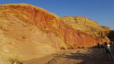 חולות צבעוניים באמצע המכתש
