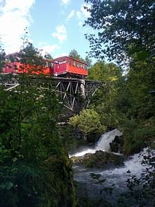 הרכבת הקטנה שמעלה ומורידה מטיילים