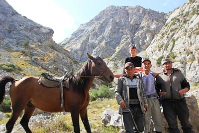 """11- קבוצת רועים שהצטלמו עם אנואר ואח""""כ התלהבו לקבל את התמונות שלהם בכפר"""