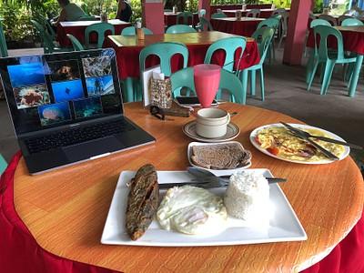 ארוחת בוקר פיליפינית במסעדת ג׳ינג-ג׳ינג.